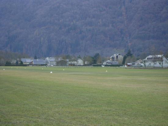 une vue sur notre piste en herbe